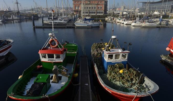 A Coruña-barcos-pescadores