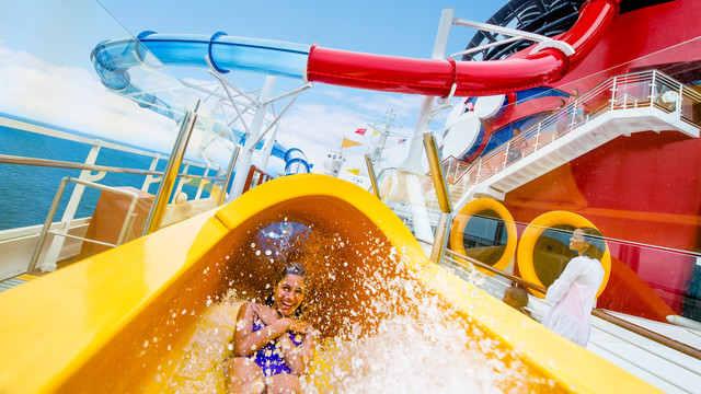 Imagen de los Toboganes acuáticos del barco Disney Magic