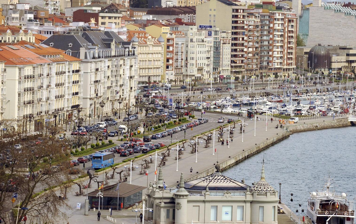 La capital cántabra es una de las ciudades costeras más bellas de la España Verde.