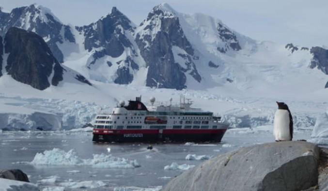 Barco de la naviera Hurtigruten