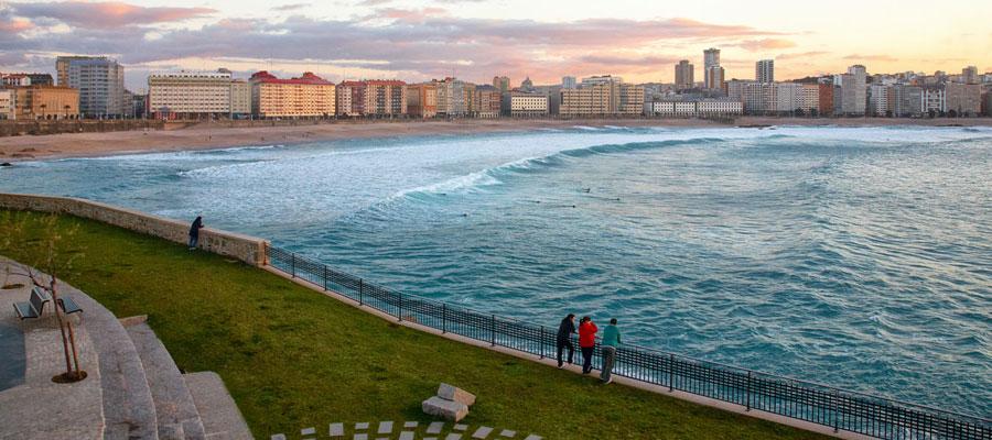 Vista de la playa del Orzán desde el Paseo Marítimo más largo de Europa, en A Coruña. foto Sthephan Lutier