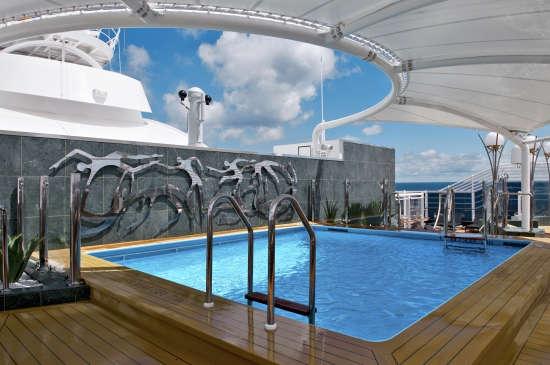 Imagen de la piscina del barco MSC Divina