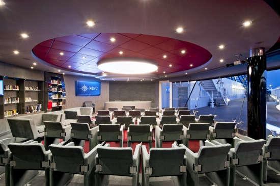 Imagen de la sala de conferencias a bordo del barco MSC Divina