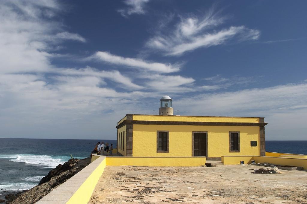 Vista del Faro Martiño, uno de los lugares más especiales para visitar si haces escala de crucero en el puerto de Corralejo.