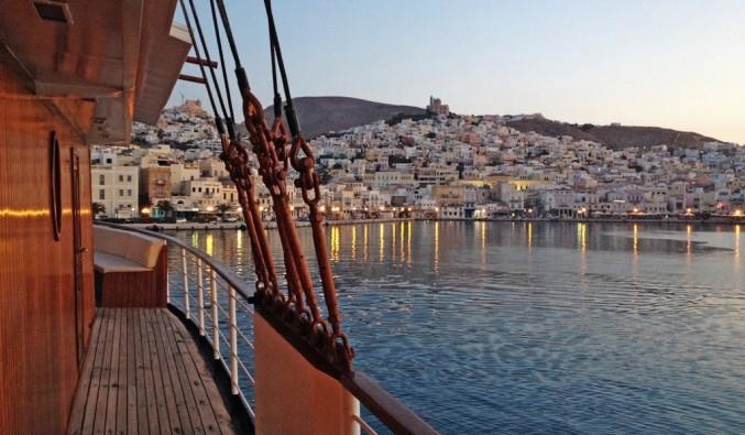 Imagen de Syros desde un crucero de Variety Cruises por las Isla Griegas