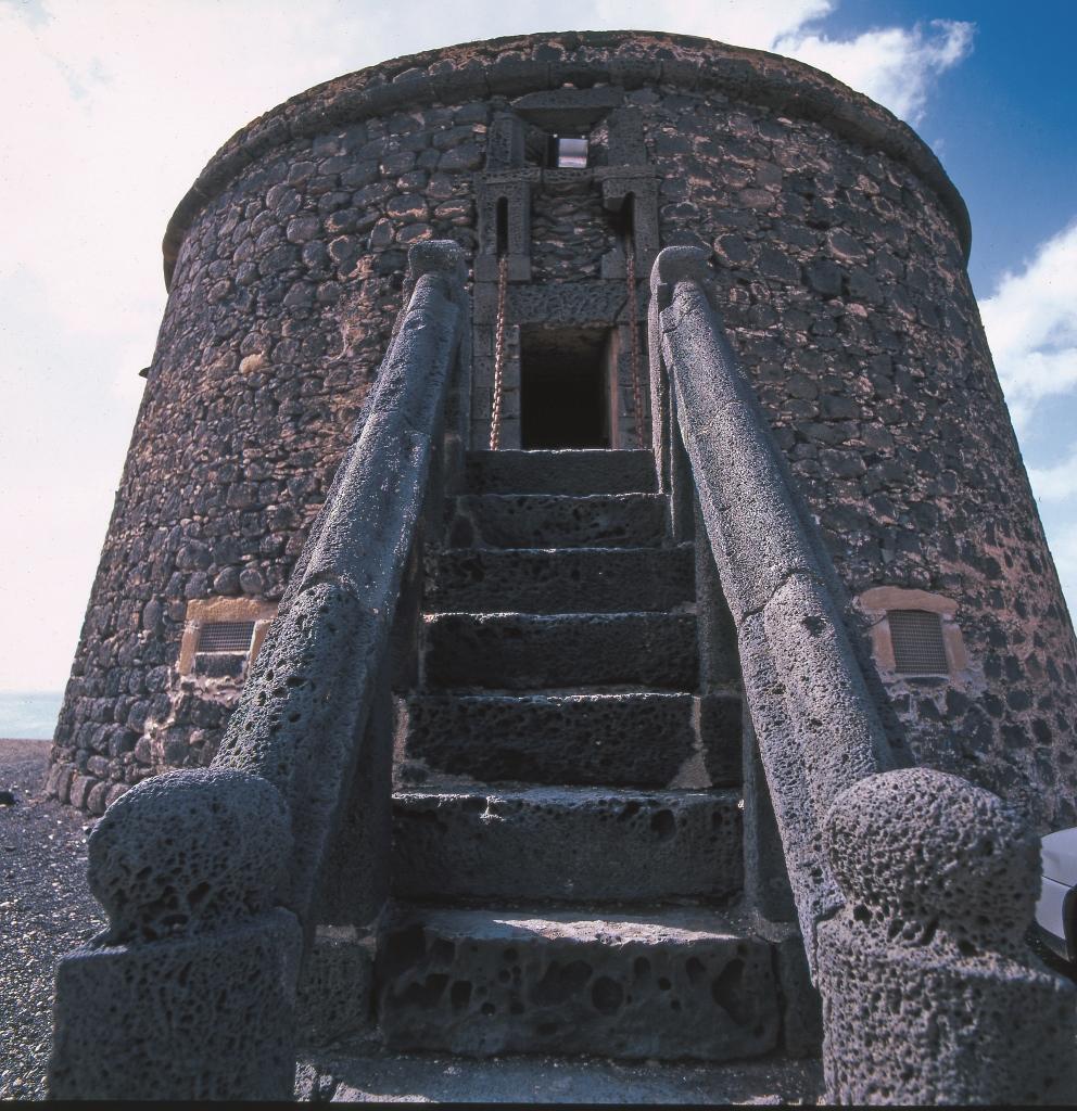 Vista de la Torre del Tostón, uno de los monumentos para visitar durante la escala de cruceros en Corralejo. Foto Patronato de Turismo de Fuerteventura.