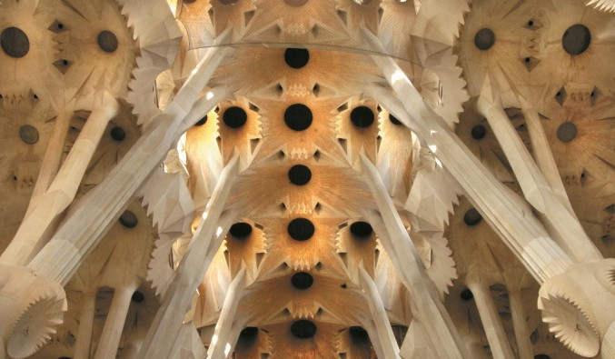 image de port de Barcelone, vue de l'intérieur de la basilique de la Sagrada Familia