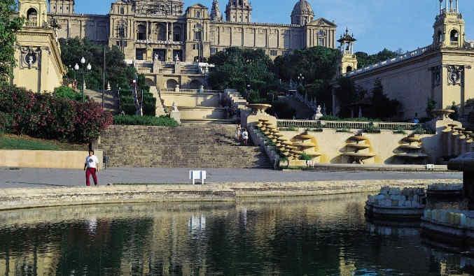 image de port de Barcelone. vue du MNAC