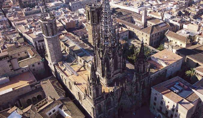 image de port de Barcelone, vue de la Basilique de Sainte Marie de la mer