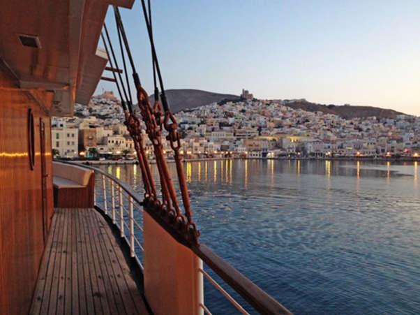 Vista de Syros desde un crucero de Variety Cruises por las Isla Griegas. Foto Variety Cruises