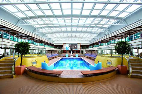 Imagen de una Piscina del barco Costa Deliziosa de Costa Cruceros