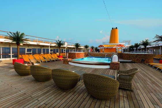 Imagen de la Piscina del barco Costa neoRiviera