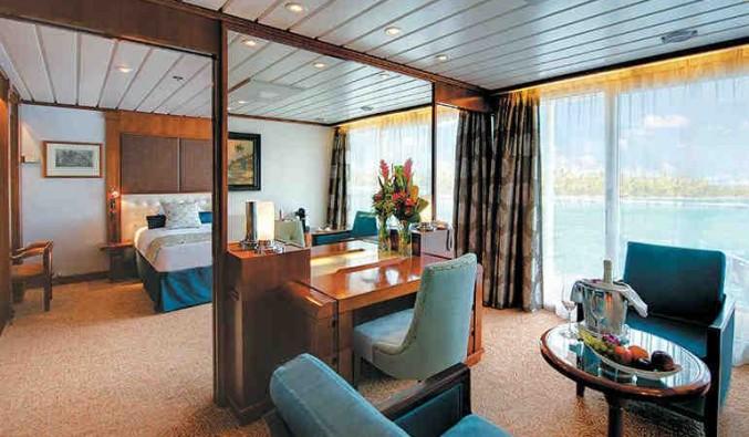 Imagen de una Owner's Suite del barco Paul Gauguin
