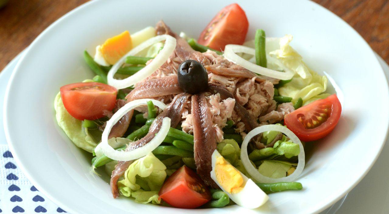 les 7 plats typiques de la cote d'azur. salade nicoise